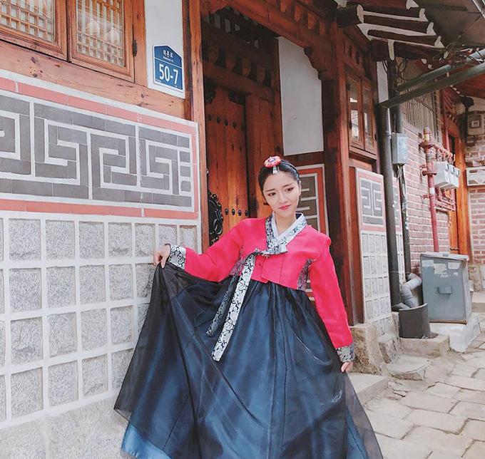 Bích Phương giữ vững phong độ lầy lội ngay cả khi mặc hanbok đi dạo trong làng cổ Bukchon Hanok (Hàn Quốc).