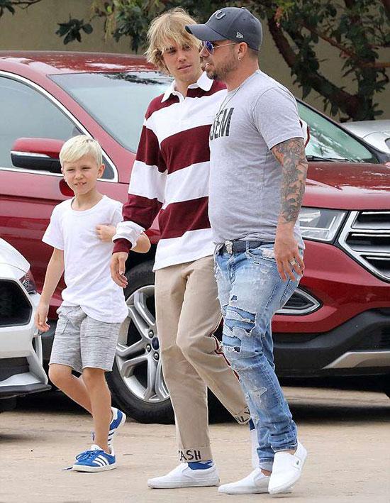 Justin Bieber cùng bố, mẹ kế và em trai đi ăn trưa ở Los Angeles hôm 5/4.