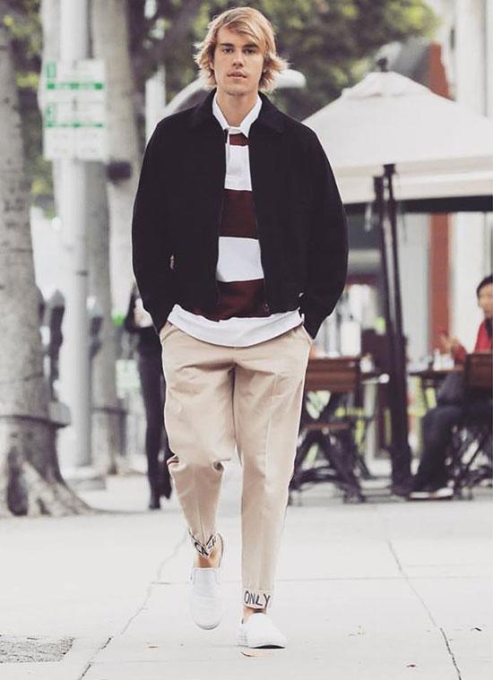 Buổi sáng trước đó, Justin Bieber một mình tản bộ đi đến quán cafe ăn sáng với bạn bè. Ngôi sao 24 tuổi bảnh bao và chỉn chu hiếm thấy giữa những ngày luôn để tóc dài bờm xờm, trang phục mặc lôm côm.