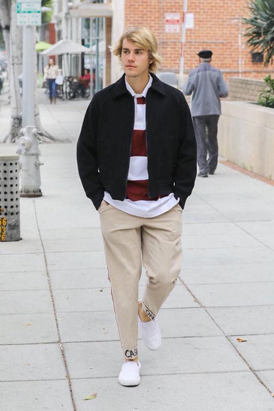 Justin Bieber tình cảm bế em trai trên phố