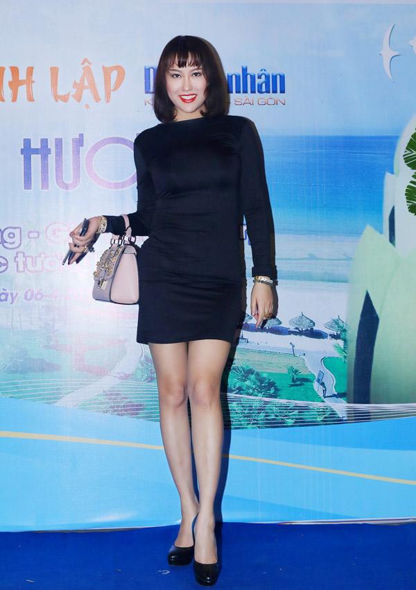 Phi Thanh Vân mặc váy bó dự tiệc tổng kết 2 năm thành lập CLB doanh nhân Khánh Hòa - Sài Gòn với chủ đề Tình quê hương.