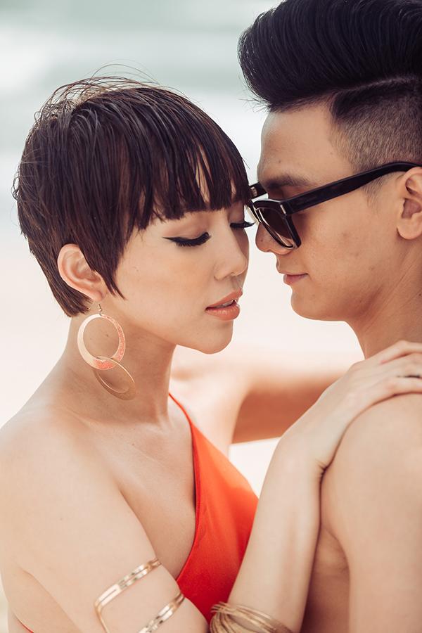 MV có sự xuất hiện của Lê Xuân Tiền - gà cưng của nhà thiết kế Đỗ Mạnh Cường. Lần đầu hợp tác với Tóc Tiên, Lê Xuân Tiền có chút ngượng ngùng trong các cảnh quay tình cảm, nhưng sự tự nhiên và kinh nghiệm trước ống kính của nữ ca sĩđã cuốn anh theo, giúp anh nhanh chóng nhập vai.
