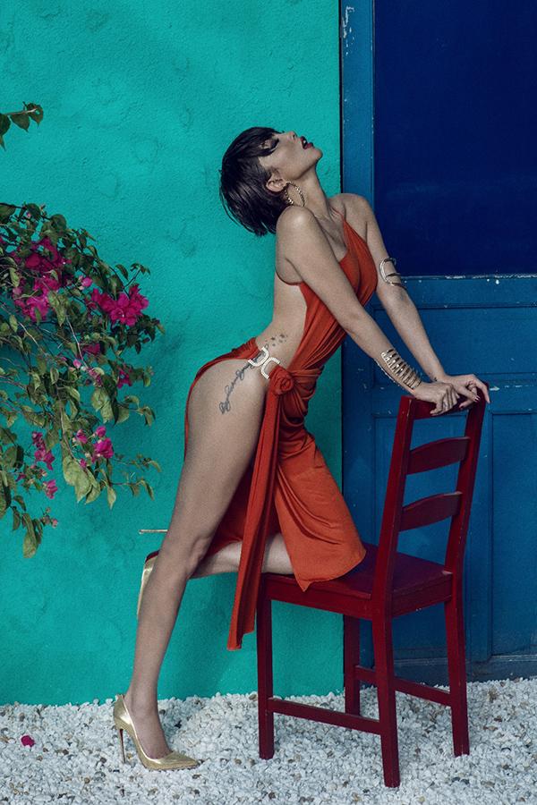 Nữ ca sĩ mặc bộ váy của nhà thiết kế Kim Khanh, khoe tối đa da thịt và hình xăm cá tính.