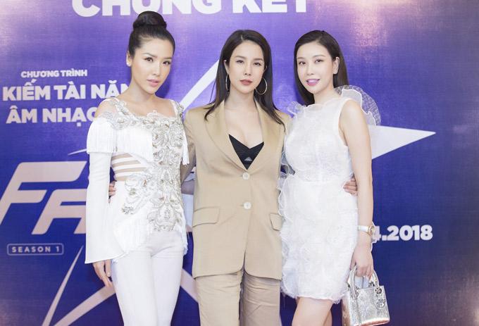 Gần đây nữ ca sĩ chuộng mốt nửa kín nửa hở. Cô hội ngộ Á hậu Biển Khánh Phương (trái) và Hoa hậu Lam Cúc.