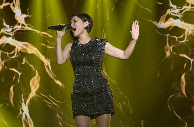 Ngồi ghế giám khảo nhưng nữ ca sĩ vẫn có dịp khoe giọng với ca khúc Đừng yêu trong chương trình.