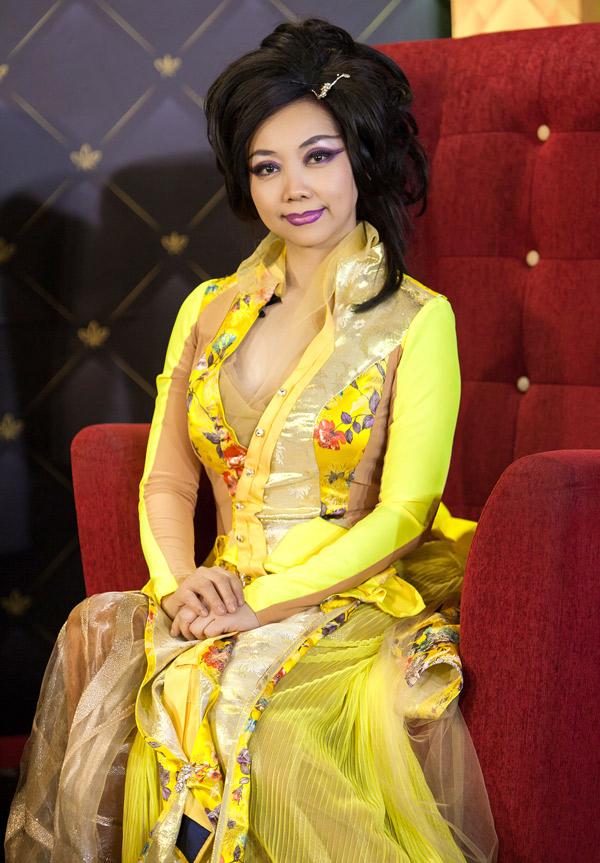 Nhà thiết kế Quỳnh Paris tiết lộ chị có thời gian theo học Nhạc viện, môn violon và cả hội họa, khiêu vũ trước khi đến với thời trang. Bố của Quỳnh Paris là giám đốc Học viện âm nhạc Huế.