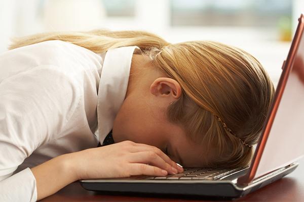 Mệt mỏi Thiếu sắt và magie cũng khiến bạn thường xuyên mệt mỏi. Nếu tình trạng thiếu hụt nghiêm trọng, bạn có thể thấy chóng mặt, choáng váng, mất năng lượng. Nên bổ sung nhiều