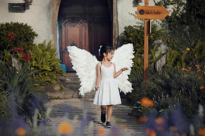 Bé Thỏ còn diện váy trắng, đeo cánh thiên thần, một mình catwalk rất chuyên nghiệp mà không cần có mẹ dìu dắt.