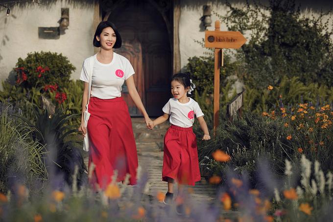Hai mẹ con Xuân Lan cũng tham gia trình diễncho bộ sưu tập Thiên thần của mẹ. Đây là bộ sưu tập mà cựu siêu mẫu lấy cảm hứng sáng tạo từ chính con gáivới những mẫu váy, yếm mang hơi hướng vintage dành cho các bé gái.