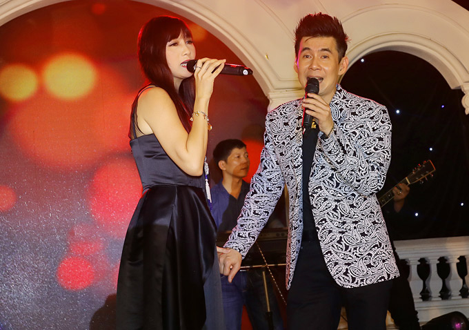 Hiền Mai và Đoan Trường kết hợp biểu diễn ca khúc nhạc Nga Triệu đóa hồng.