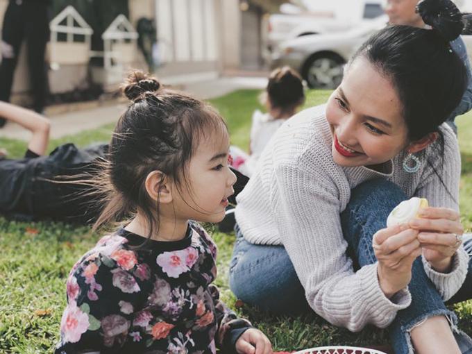 Kim Hiền thay ảnh cover là khoảnh khắc bình yên bên con gái.