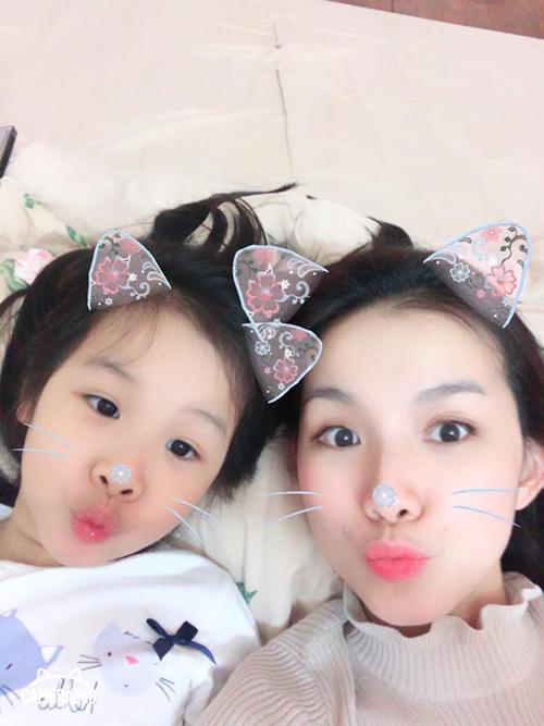 Hoa hậu Thuỳ Lâm chia sẻ hình ảnh để chúc mừng sinh nhật con gái. Cô bé được nhận xét là càng lớn càng giống mẹ.