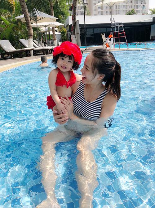 Hải Băng đưa con gái lần đầu tiên xuống bể bơi. Cô bình luận: Bình thường bơi cái chậu bơi ở nhà bé xíu, chị ấy có vẻ rất tự tin, hôm nay ra hồ lớn,khóc không à.