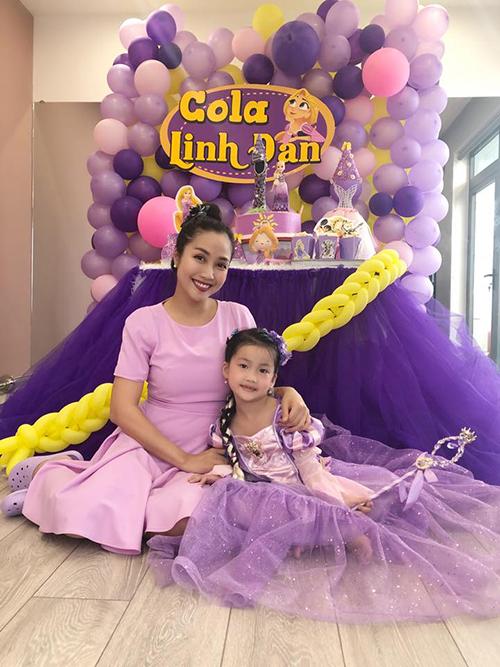 Ốc Thanh Vân mở tiệc chúc mừng sinh nhật con gái Cola. Bữa tiệc sặc sỡ với 2 màu chủ đạo là tím và vàng.