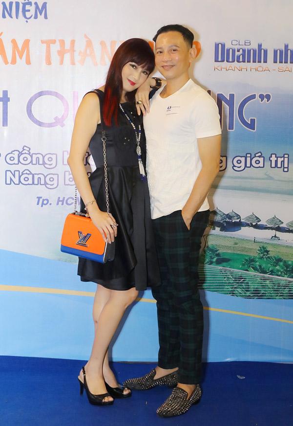 Cô giáo Mai thân thiết tựa vai, chụp ảnh cùng nghệ sĩ Hữu Tiến.