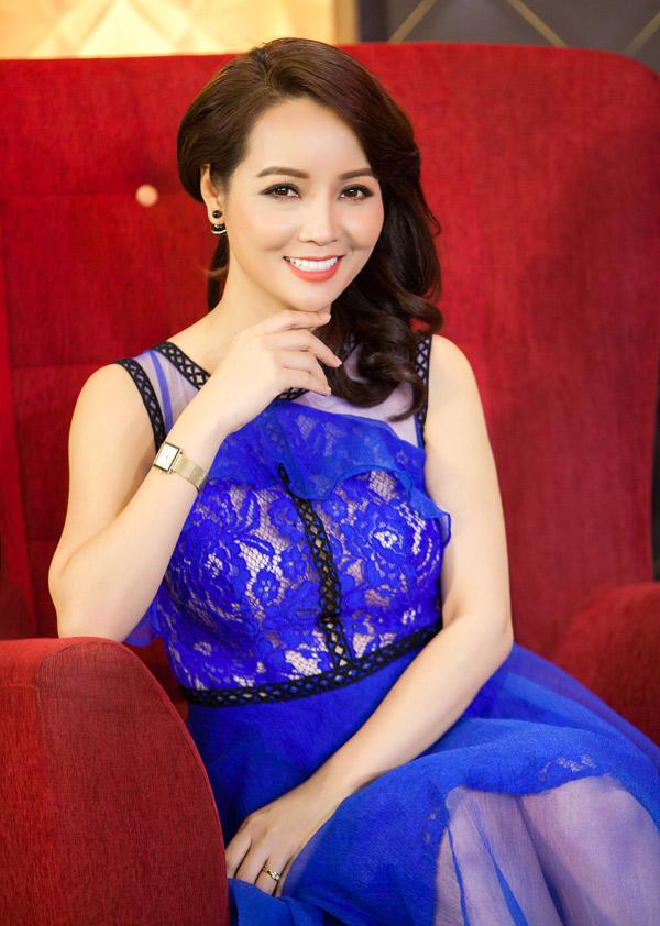 Diễn viên Mai Thu Huyền rạng rỡ với vai trò MC của talkshow Phụ nữ quyền năng.