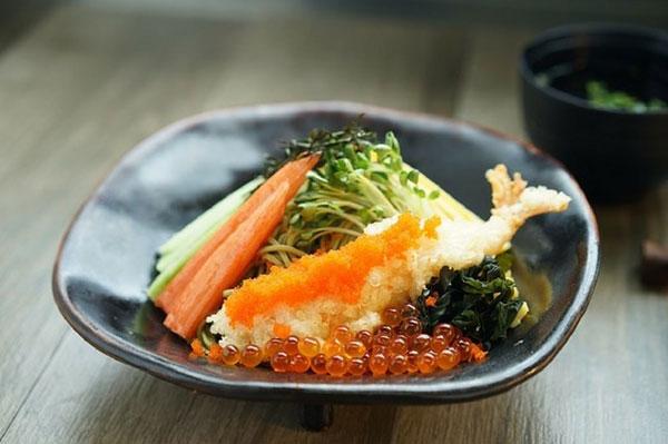 Các mẹ Nhật thường dậy sớm hơn mọi người trong nhà để chuẩn bị bữa trưa ngon miệng, đẹp mắt cho con mang tới trường. Ảnh: Pixabay.