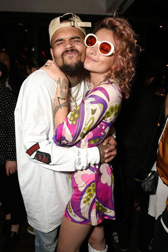 Nam ca sĩ Chris Brown dành tặng Paris cái ôm nồng nhiệt. Paris Jackson đã bước chân vào showbiz từ 2 năm nay và có rất đông bạn bè nghệ sĩ.
