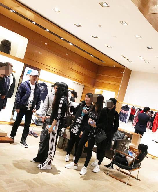 Băng Băng và Lý Thần trong một cửa tiệm thời trang.