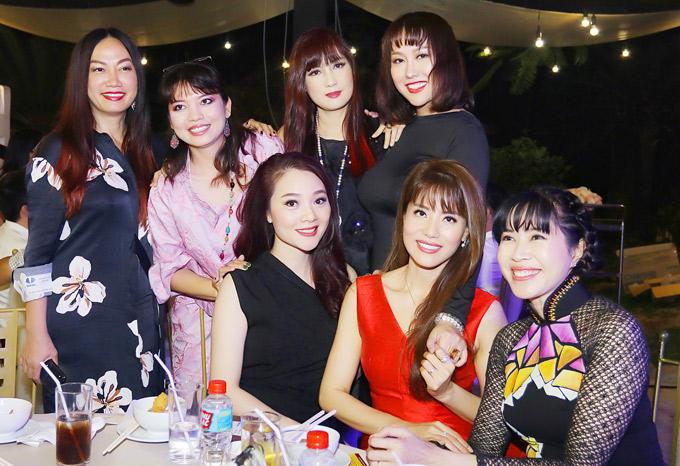 Phi Thanh Vân rất vui khi gặp gỡ nhiều đàn chị nổi tiếng như diễn viên Kim Khánh, Á khôi Thể thao Băng Châu, MC Quỳnh Hoa...