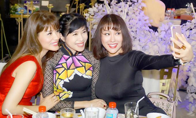 Cô hào hứng rủ Quỳnh Hoa và Băng Châu chụp ảnh selfie.