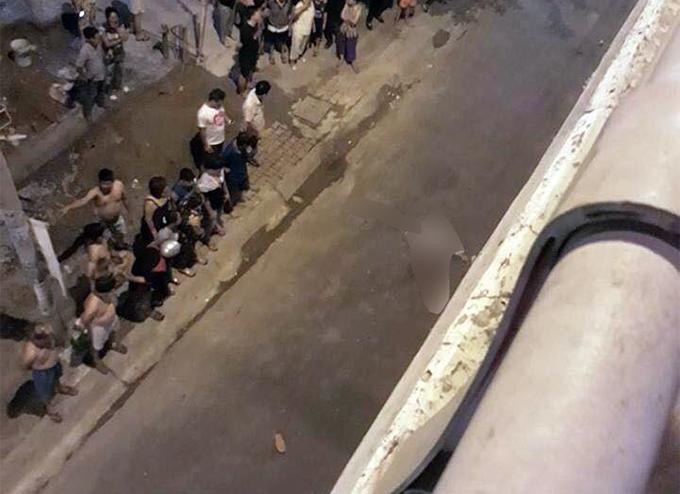 Người đàn ông văng xuống cầu ở độ cao 10 mét. Ảnh: Sang Dương