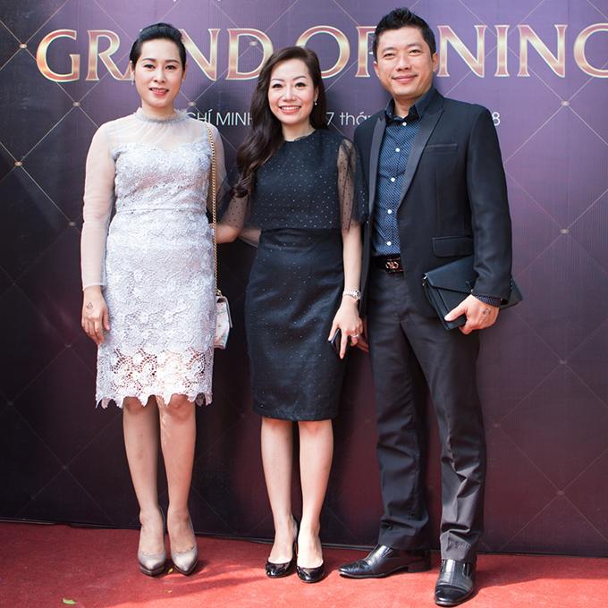 Cuối tuần qua, Kinh Quốc đưa vợ (váy trắng)đi dự khai trương trung tâm đào tạo và dịch vụ điêu khắc thẩm mỹ của nghệ nhân Hương Phan ở TP HCM.