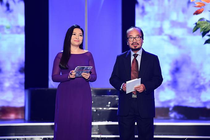 Hồng Nhung được khen trẻ khi mặc áo dài trắng ở tuổi 48