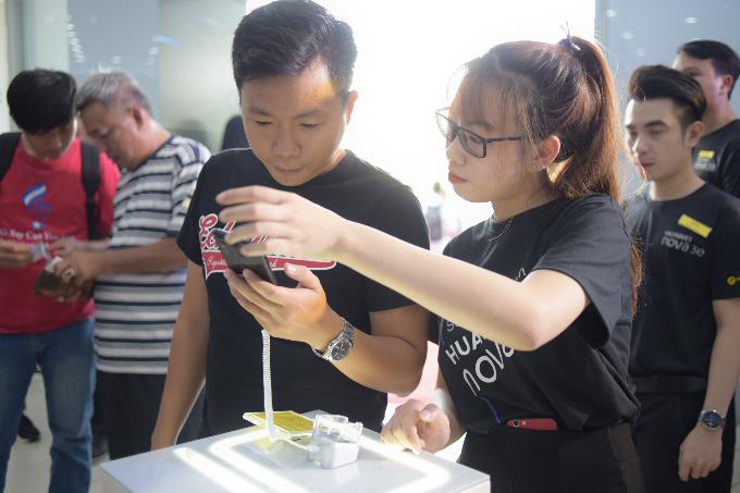 Các bạn trẻ trải nghiệm Huawei Nova 3e tại sự kiện.