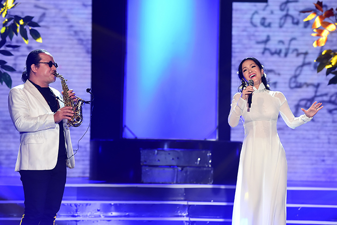 Trong chương trình, Hồng Nhung hát Ru tình, Một cõi đi về với sự hỗ trợ của bạn thân - saxophone Trần Mạnh Tuấn.