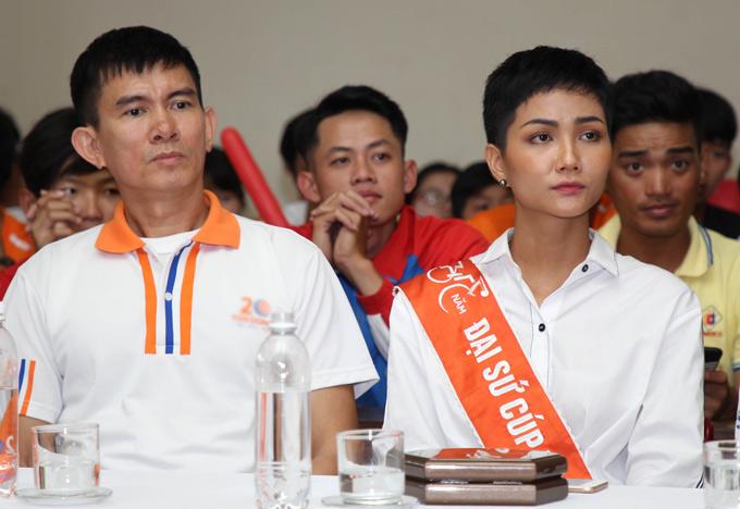 Hoa hậu hoàn vũ Việt Nam đượm buồn khi nghe báo cáo về 72 trường hợp trẻ em cơ nhỡ, hoàn cảnh khó khăn đang sống tại đây.