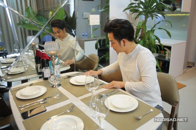Quách Tuấn Du từng có thời gian làm phục vụ nhà hàng, trước khi theo nghiệp ca hát. Khi bố trí bàn ăn tại nhà, anh bồi hồi nhớ lại ngày còn hàn vi, nghèo khó.