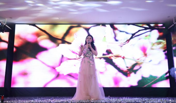 Ca sĩ Bảo Trâm thể hiện các ca khúc trẻ trung, tươi vui.