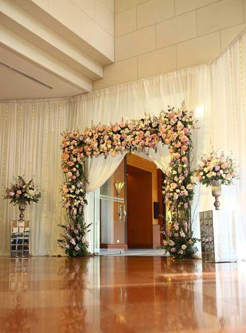 Tổ chức đám cưới trong những ngày đầu năm, chú rể Đình Hương và cô dâu Phương Duyên muốn đem không khí mùa xuân vào trong hôn lễ của mình. Họ chọn chủ đề Spring colors với hai màu hồng - tím chủ đạo và không gian tiệc cưới phủ đầy hoa tươi.