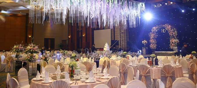 Bên trong phòng tiệc, nơi diễn ra các nghi thức chính thức của lễ cưới được bài trí như một khu vườn mùa xuân.
