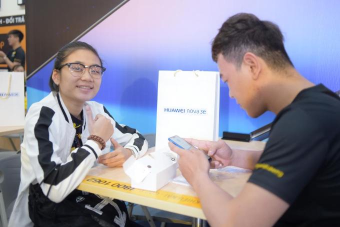 Khách hàng mua Nova 3e tại Thế Giới Di Động và FPT Shop còn có cơ hội rút thăm trúng thưởng với giá trị quà tặng hơn một tỷ đồng.