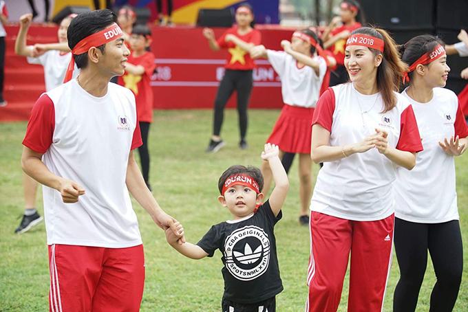 Cả nhà Phan Hiển - Khánh Thi đều thích thú với hoạt động ngoài trời.