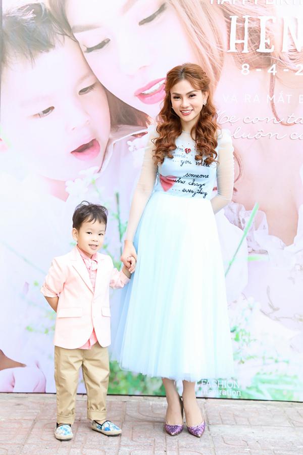 Hôm qua là buổi tiệc mừng 3 tuổi của bé Henry - con trai Thu Thuỷ. Giọng ca Microphone mặc váy xanh còn con trai cô bảnh bao trong bộ vest.