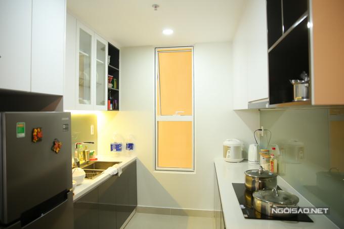 Khu vực bếp thiết kế đơn giản nhưng tiện nghi, đầy đủ chức năng.