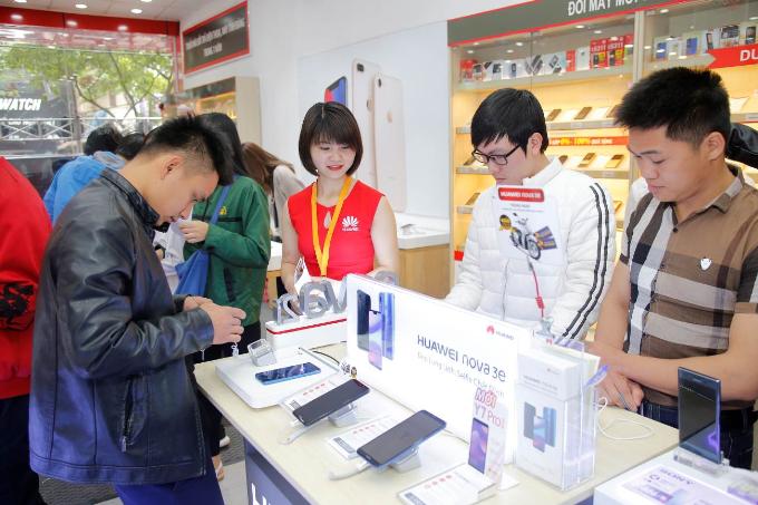 Ngoài ra, trong tháng 4, khách hàng mua Huawei Nova 3e tại Thế Giới Di Động, FPT Shop, Viễn thông A, và Viettel Store sẽ nhận được voucher 300.000 đồng.