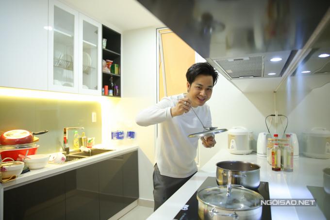 Quách Tuấn Du sống một mình, tự nấu ăn, dọn dẹp nhà cửa. Anh cho biết bản thân quen sống tự lập và biết nấu nhiều món nên không ngại vào bếp.