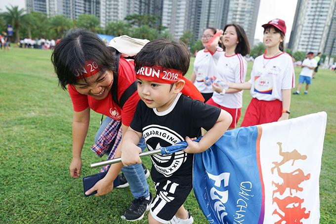 Ku Bi cũng hưởng ứng nhiệt tình không kém bố mẹ.