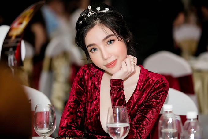 Sau một thời gian im ắng trong lĩnh vực diễn xuất, mới đây Elly Trần tái xuất với phim Girls 2- Những cô gái và găng tơ. Làm mới mình với vai diễn nữ sát thủ, cô nhận được nhiều lời khen.