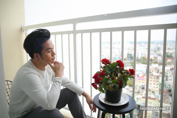 Căn hộ có một ban công nhỏ, nơi anh hay ngồi suy tư, ngắm cảnh thành phố từ trên cao.