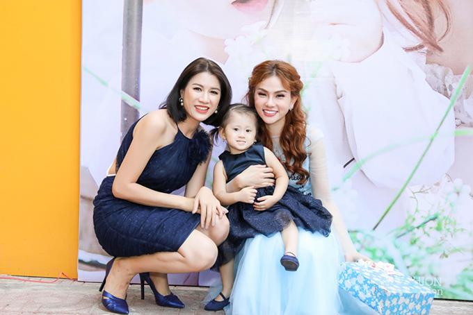 Đến dự tiệc có diễn viên Trang Trần và con gái Kiến Lửa.