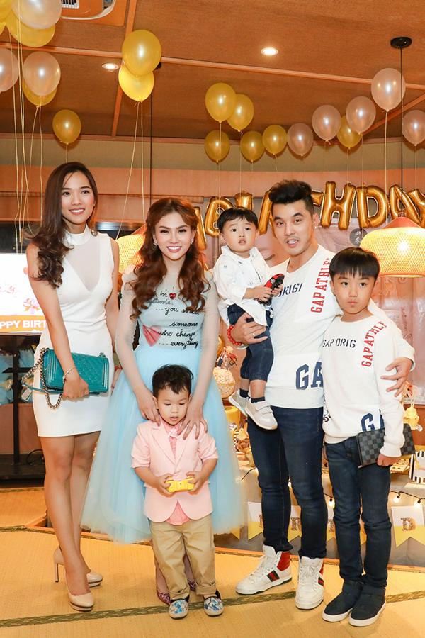 Vợ chồng Ưng Hoàng Phúc - Kim Cương và hai con.