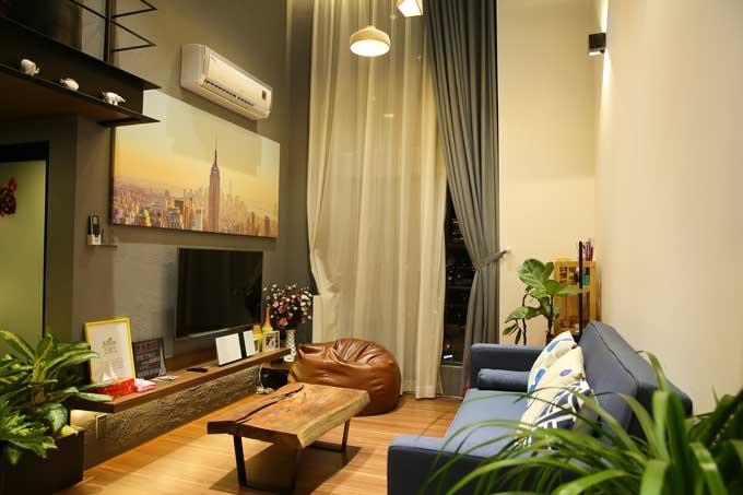 Phòng khách và bếp ăn ở tầng 1, đối diện nhau, được thiết kế với không gian mở. Đồ nội thất đều là loại có nhiều tính năng sử dụng, chẳng hạn như chiếc ghế sofatrong phòng khách có thể mở ra thành giường hay kệ bếp nhiều tầng thoải mái để đồ nấu nướng...