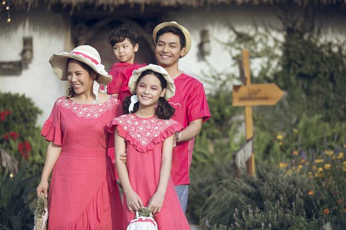 Không ít người ngạc nhiên khi bé Bo, con gái lớn của vợ chồng Phan Anh đã ra dáng thiếu nữ và cao gần bằng mẹ. Cô bé từng cùng bố tham gia chương trình Bố ơi! Mình đi đâu thế? và nhận được nhiều tình cảm của khán giả.