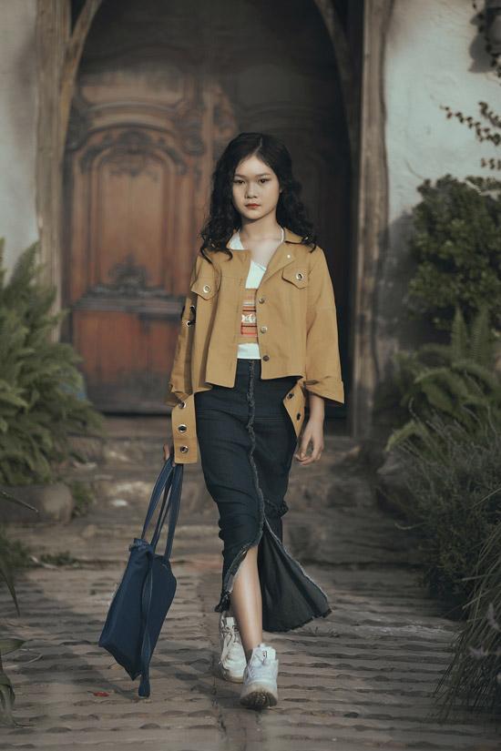 Mẫu nhí Hà Thiên Trang sành điệu và phá cáchtrong set đồ mix kaki với jeans.