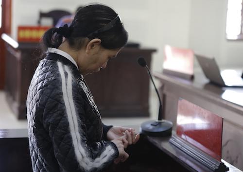 Bị cáo Thanh nghe tòa tuyên án. Ảnh: Anh Thư.
